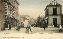 KNA006020160 Z.n.h. noorden, spoorwegovergang met voetgangersbrug op de Kruisweg en rechts het Stationsplein, 1902