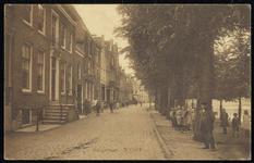 NL-HlmNHA_162_2629_0172 Kinderen op de Hoogstraat staan naar de fotograaf te kijken., 1900-1920