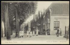 NL-HlmNHA_162_2629_0180 Meisjes met hoeden op in de Hoogstraat., 1900-1920