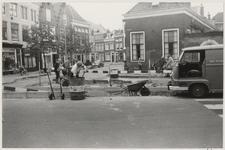 NL-HlmNHA_03331 Herstel werkzaamheden aan het wegdek Krocht hoek Kruisstraat ziende naar het westen., 1974